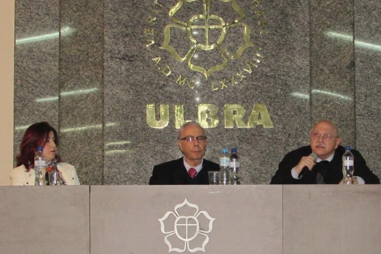 A coordenadora do curso de Direito, Maria Aparecida da Silveira (E), o Dr. Paulo Affonso Lemes Machado (C) e o professor Paulo Regis Rosa Silva (D) compuseram a mesa de abertura do evento