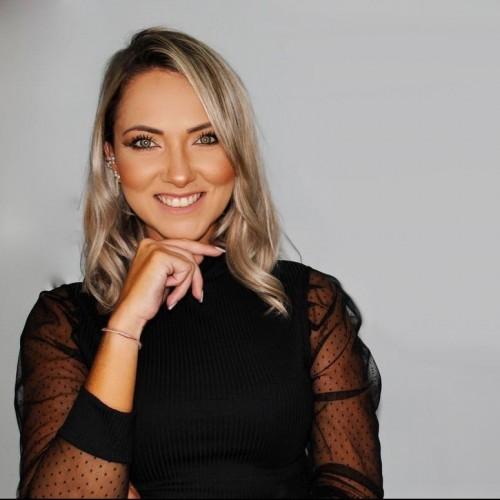 Fernanda Maciel: Psicóloga pela Universidade Luterana do Brasil (ULBRA). Pós Graduanda em Psicologia Positiva - PUCRS. Formação em Psicologia Positiva pela IBRPP