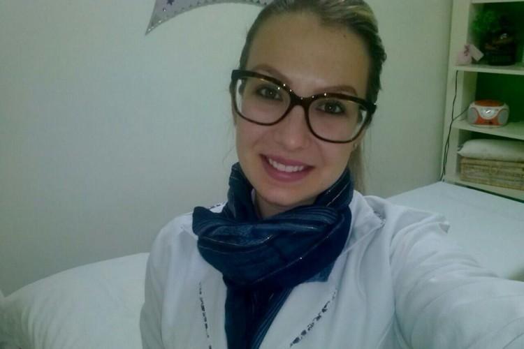 Egressa Tainara Hechleri, do Curso Superior de Tecnologia em Estética e Cosmética