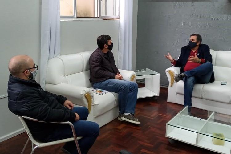 José Luiz Bornéo (D) com o diretor do campus, Rodrigo Moreira, e o coordenador dos cursos EAD, Jonathas Winck.