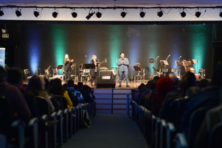 O Pastor Mario Fukue realizou o tradicional momento de devoção na abertura do evento