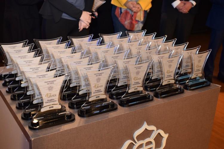Detalhe dos troféus oferecidos às entidades parceiras