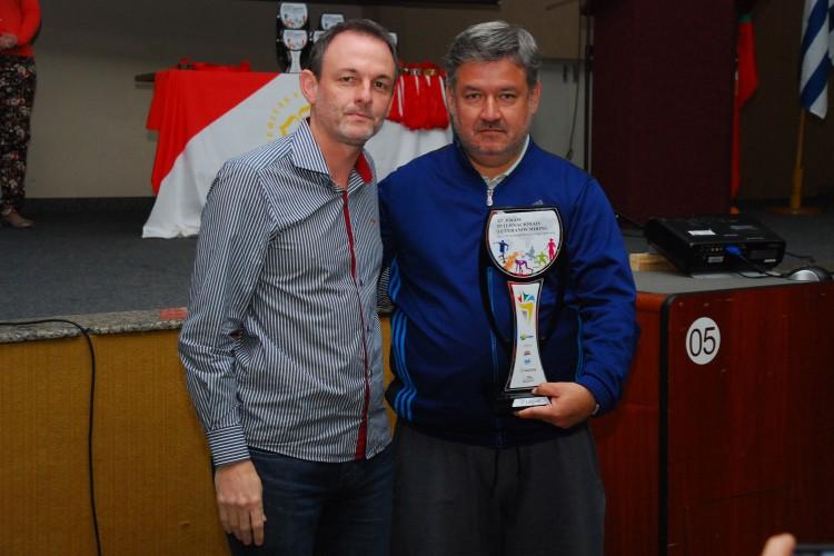 Reitor da ULBRA entregou troféu na cerimônia de premiação