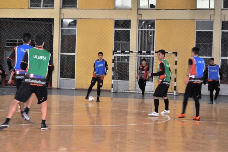 bed594b12f7fa Adolescentes integram a Escolinha de Futebol CEFCA Collaziol Scotta ...