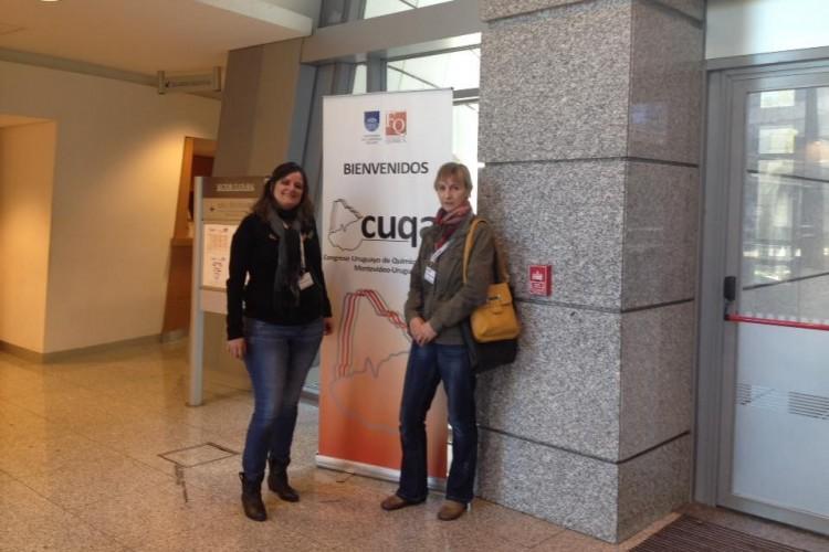 Na foto,a professora Fernanda Fabero (E) posa para registro de sua participação no congresso uruguaio