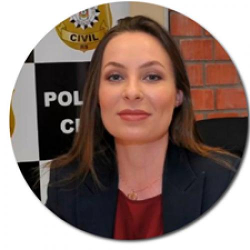 Clarissa Demartini: Bacharel em direito. Delegada de Polícia. Especialista em direito penal e processual penal. Atua com violência doméstica. Titular da Delegacia  Especializada no atendimento à Mulher de Canoas.