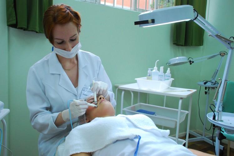 Entre os procedimentos realizados as massagens modeladoras, técnicas de peeling, reflexologia, visagismoe shiatsu facial