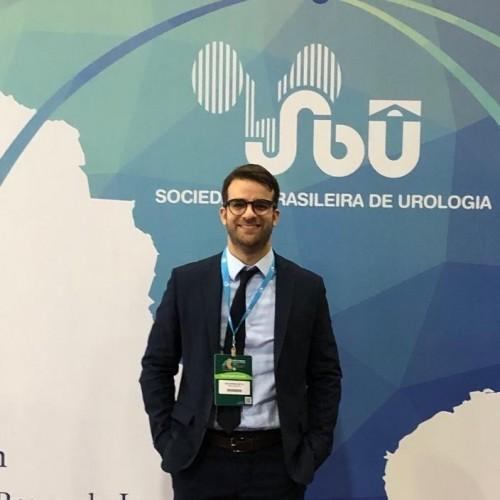 Guilherme Lang Motta: Médico formado pela UFSM, residências em cirurgia e urologia no HCPA. Professor departamento de cirurgia da UFSM.