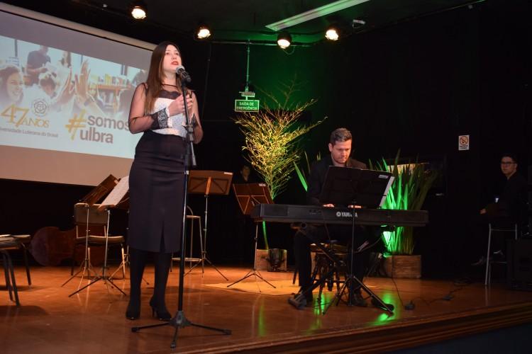 Apresentação de canto lírico, na abertura da celebração