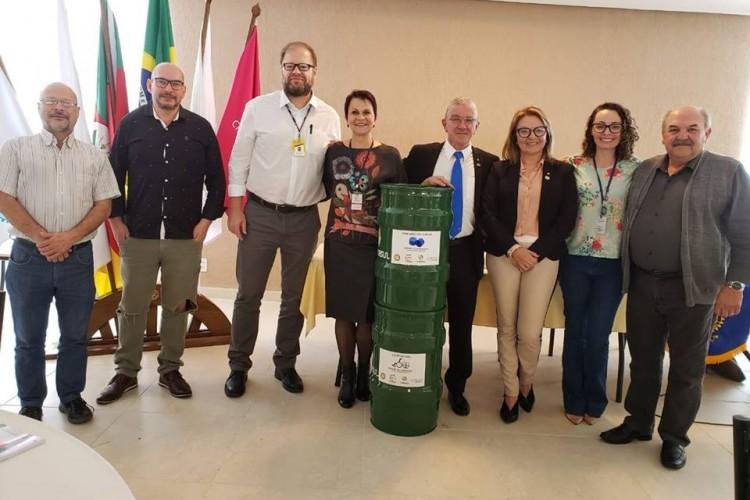 Direitor Augusto Kirchhein na entrega dos tambores no Rotary Gravataí