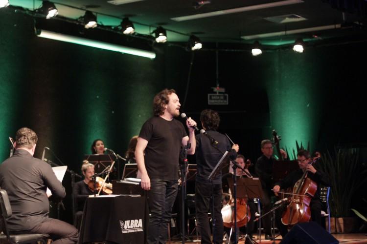 O solista Pedro Veríssimo também se apresentou com a Orquestra de Câmara