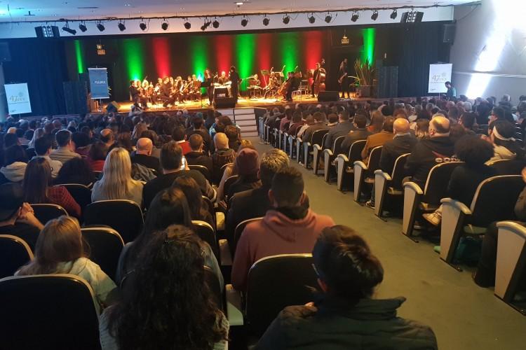 Público lotou o auditório para assistir Clássicos do Rock