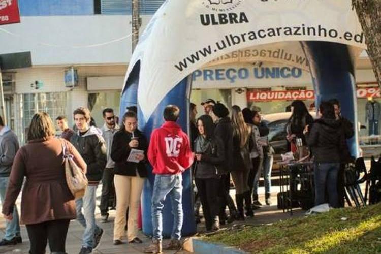 Curso de Direito atendendo a comunidade na praça Albino Hillebrand Carazinho/RS