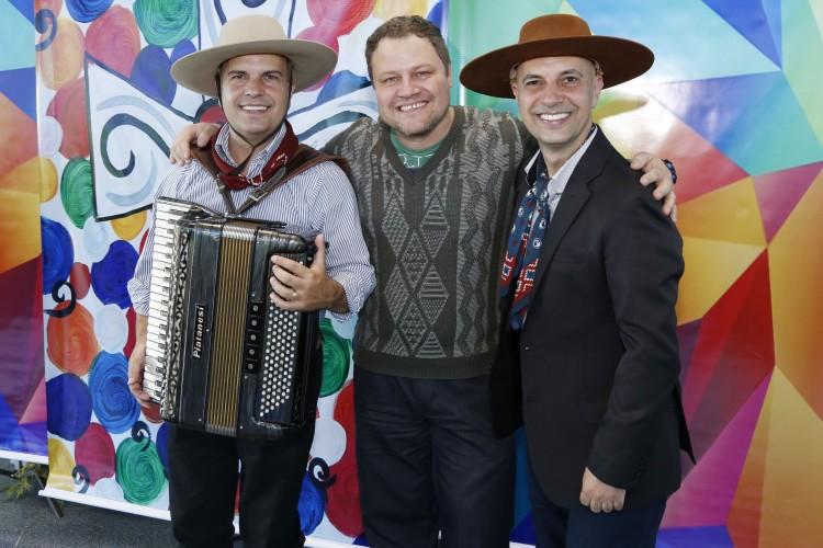 Colaboradores posaram para foto com os irmãos Vargas